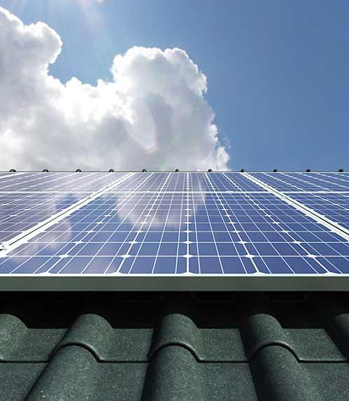 Avec des coûts de matériels et de mise œuvre des panneaux photovoltaïques, thermiques ou hybrides de plus en plus abordables